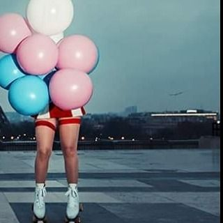 Crédit : Marc Lamey #paris #parisienne #patins #balloons #balloons #toureiffel #frenchmodel #winter #cold #challenge #shortdress #red #white #bas #hidden #creative #eccentric #stockings #noface #legs #curves #funnygame #childhood #americanwaitress #american #waitress #shooting #shoot #photograph #photographer