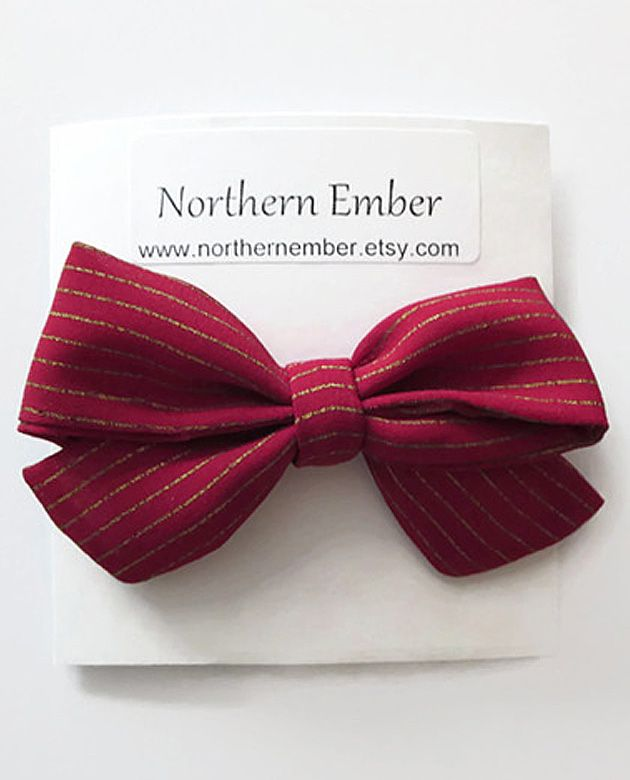 This headband is the perfect accessory for your little one this holiday season. It also make a wonderful baby shower gift! #babyheadbands #christmas #bows