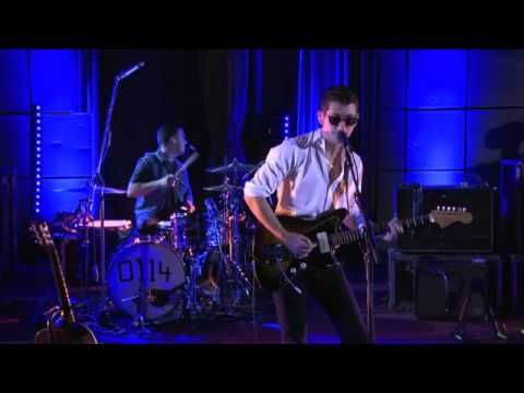 Arctic Monkeys - Just hold on we're going home / Drake cover  (BBC Live Lounge)