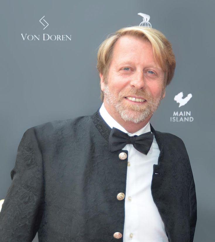 """Inntektene fra dokumentaren""""Magnus"""" har gjort det mulig for filmprodusenten Øyvind VonDoren Asbjørnsen å gjøre gründerdrømmen virkelig. – Helt siden jeg fikk min oldefars sveitsiske klokke som 12-åring har jeg drømt om å gjøre lidenskapen for klokker om til virkelighet. I ungdomsperioden var vi flere i guttegjengen som var både bil- og klokkegal. Noen av oss"""