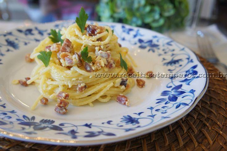 """""""Pasta alla Carbonara"""" é uma receita tipicamente italiana. Ela é super prática e rápida, e o sabor é surpreendente. Aqui em casa quem faz sempre é o """"marido chef"""", que aprendeu a preparar essa receita deliciosa na Itália. Prepare você também em sua casa e surpreenda-se com o resultado final! Leia mais..."""