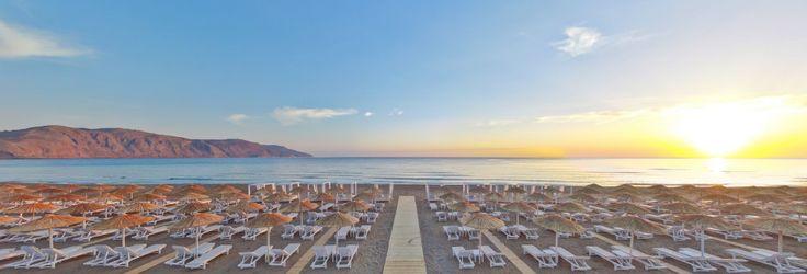 Stranden ved Hotel Anemos Luxury Grand Resort i Georgiopolis på Kreta, Grækenland. 20k i juni