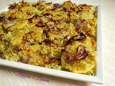 Queste patate al forno sono gustosissime; preparate con un fantastico trito di erbe miste e cosparse di anelli di cipolla. Sfiziosità pura!