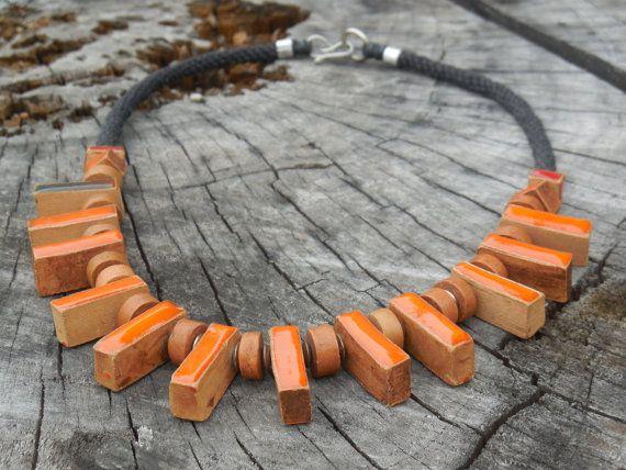 Colorata collana in ceramica e terracotta, smaltata con un vivace colore arancio. E stata realizzata e decorata interamente a mano nel nostro laboratorio, cotta ad alte temperature in forno per ceramica. Uno splendido regalo di compleanno, di fidanzamento o per qualsiasi altra festività  La lunghezza totale è di 48 cm (18,8) Il cordoncino è in filo cerato.  Se avete domande, non esitate a contattarci  Spediti entro 1-5 giorni lavorativi.  Il nostro shop per vedere altre creazioni…