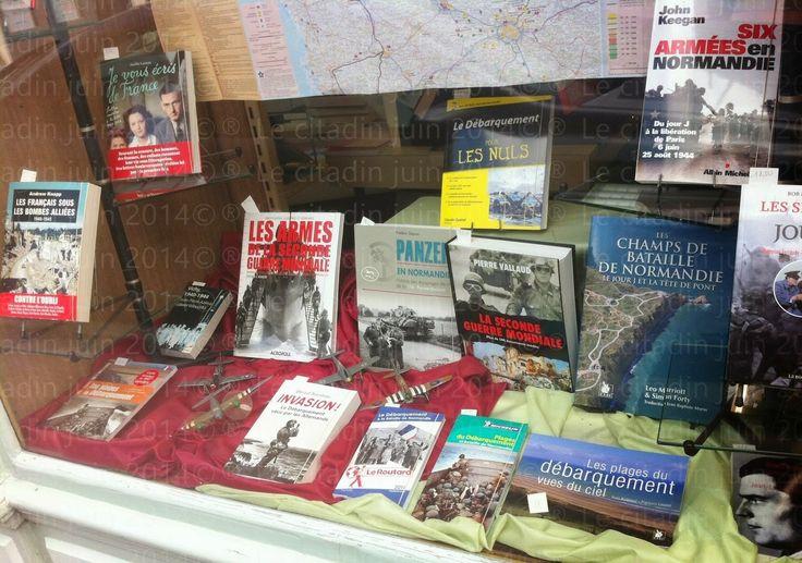 Vitrine hommage au débarquement de Normandie à la librairie du collège de Bernay, à voir... ~ Temps d'écritures...