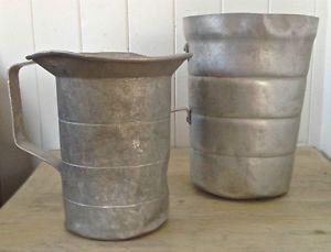 """Deux anciens contenants en fer, provenant d'une """"cabane à sucre"""""""
