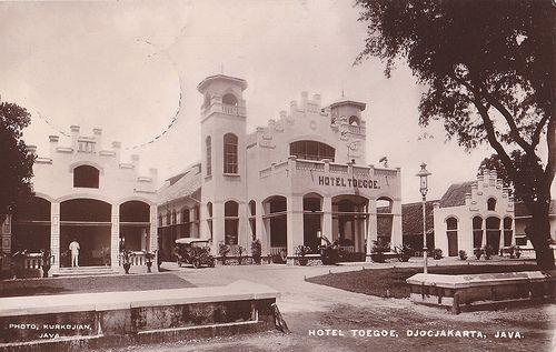 Tempo Doeloe #58 - Yogyakarta, Hotel Toegoe, 1920.The current Kedaung Plaza in 1920, scan of an old postcard