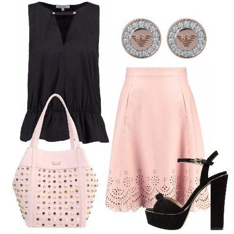 Ecco un look perfetto per una cena tra amiche: top nero smanicato da abbinare alla bellissima gonna rosa a campana. Gli accessori completano il tutto in maniera perfetta: borsa con borchie, eleganti orecchini e sandali con plateau.