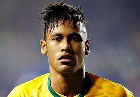 29-Sep-2015 11:17 - NEYMAR ONHERKENBAAR NA BEZOEKJE AAN DE KAPPER. Neymar schittert met het ene na het andere bijzondere kapsel op het voetbalveld (en daarbuiten). Met succes, want vrouwen vallen massaal voor de voetballer en mannen nemen zijn looks maar al te graag over. Maar of zijn laatste bezoekje aan de kapper nu wel zo'n succes was…? Neymar vond het hoogste tijd voor wat nieuws, heeft de tondeuse over zijn hoofd gehaald en is nu bijna kaal! Een succes? Of moet hij zijn lokken snel...