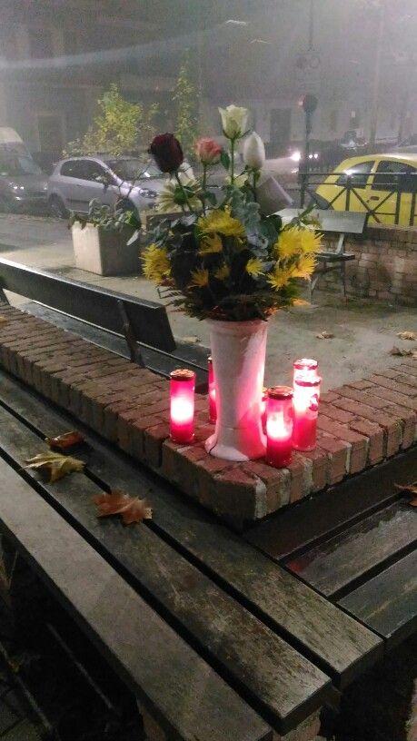 Torino. Una piazzetta qualsiasi di un quartiere qualsiasi. Anche qui si grida basta e si prega per chi non è più con noi.