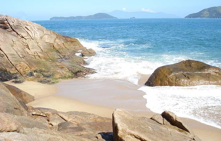 Manhã ensolarada na praia do Sununga em Ubatuba - SP