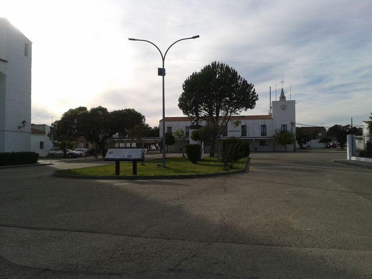 La amplia plaza principal con el ayuntamiento al fondo