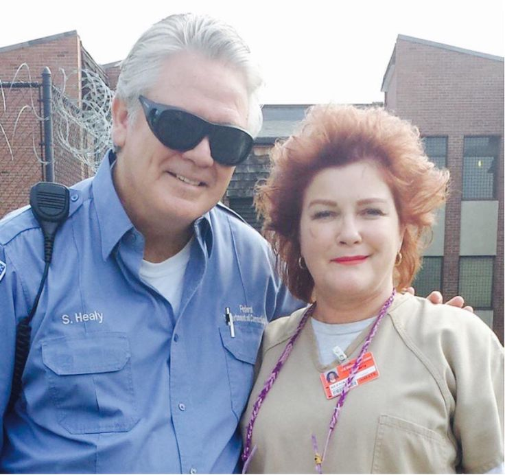 """Sam Healy (Michael Harney) and Galina """"Red"""" Reznikov (Kate Mulgrew) in the yard of the """"Litchfield Penitentiary"""". - OITNB"""