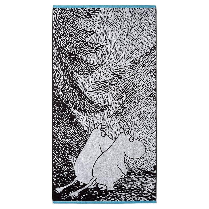 The beautiful black and white bath towel with illustrations from Tove Jansson's book Moominsummer Madness. The towel is made of 100 % cotton and is a great companion at home or at the summer cottage. Size 70 x 140 cm.Finlaysonin kaunis mustavalkoinen pyyhe jossa kuvitus on Tove Janssonin kirjasta Vaarallinen juhannus. Pyyhe on 100 % puuvillaa ja se sopii yhtä hyvin kotiin kuin kesämökillekin. Koko 70 x 140 cm.Vacker svartvit handduk av Finlayson, bilden är från Tove Janssons bok Farlig…