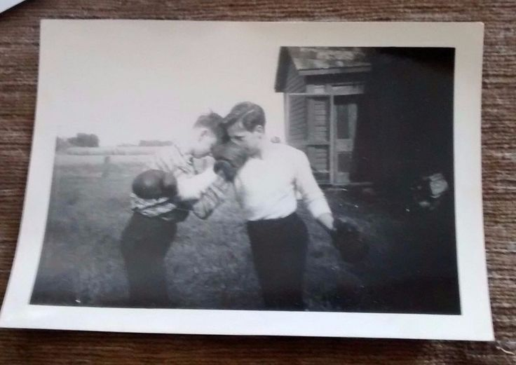 BEAUTIFUL PHOTO THE BOXERS ON THE FARM LACHUTE QC 1930's