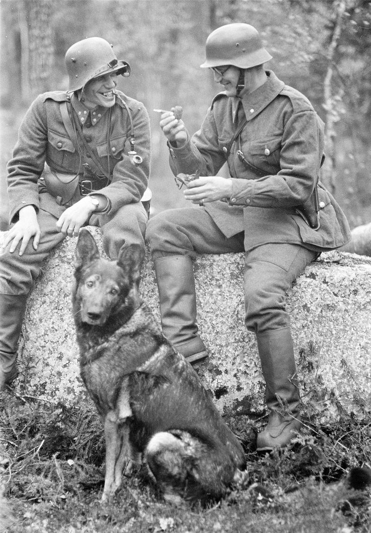 Two German soldiers compare whose pipe long.