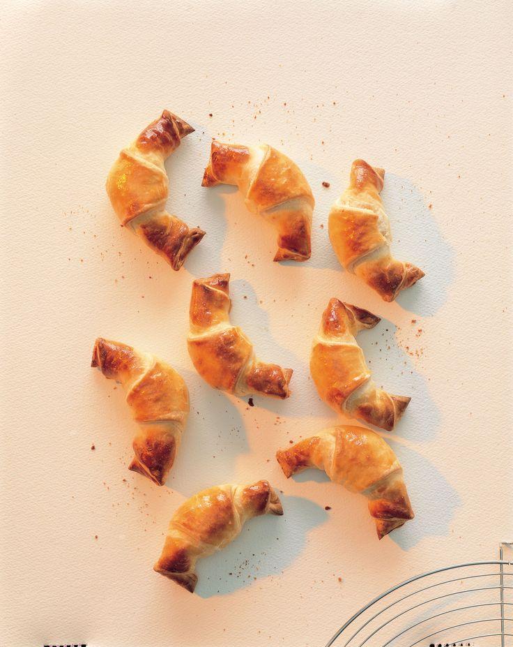 Kwark-bladerdeeg:1. Meel en zout voor het deeg mengen en de boterstukjes toevoegen. Met de handen tot een gelijkmatige kruimelige massa wrijven, een kom vormen. Kwark in de kom vullen, met het de...