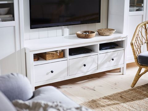 The traditional, heirloom feel of the HEMNES TV bench in solid wood – and its large drawers – make a great job hiding cables and technology that cramp your interior decoration style. The concealed drawer runners run smoothly even when heavily loaded.
