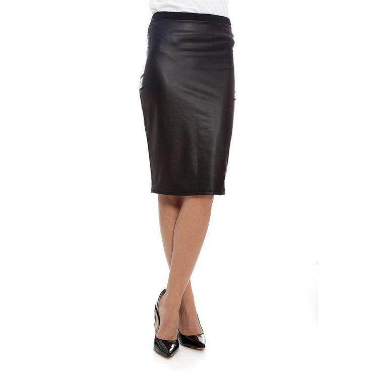 Πένσιλ φούστα από δερματίνη. Στο ύψος του γόνατου, μαλακή και ελαστική θα σας βολέψει από το πρωί στη δουλειά μέχρι το βράδυ για μια σικ και μοδάτη εμφάνιση. κωδ.S012W5