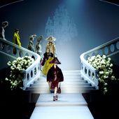 Un dôme de delphiniums bleus, un parterre de nuages, une présentation au Palais Bulles... Alors que le défilé Dior haute couture printemps-été 2017 a eu lieu aujourd'hui à 14h30, retour sur les plus beaux décors des défilés de la maison française, de John Galliano à Maria Grazia Chiuri en passant par Raf Simons.