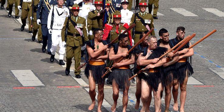 14 juillet 2016 : Les Néo-Zélandais dont... des Maoris C'est la toute première fois que la Nouvelle-Zélande envoyait ses soldats défiler à l'étranger. Pendant la 1ere Guerre mondiale, 20.000 néo-zélandais sont morts sur les champs de bataille de la France. Jeudi matin, le régiment était précédé de Maoris en costume traditionnel. De 1914 en 1918, ces habitants autochtones servaient d'éclaireurs à l'armée.  DOMINIQUE FAGET / AFP
