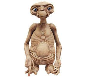 Fantástica réplica pintada a mano y fabricada en goma y látex de E.T. el Extraterrestre, el encantador alienígena que todos conocimos en la película de Spielberg de 1982. Con un tamaño de 88,90 cm., esta réplica es una edición limitada de solo 1.000 ejemplares en todo el mundo.