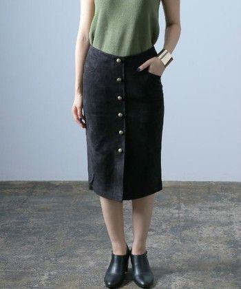アクセントが欲しい人はボタン付きもおすすめです。タイトスカートは基本的に膝下が大人女子の基本!シルエットが綺麗に出つつも上品な仕上がりになります。
