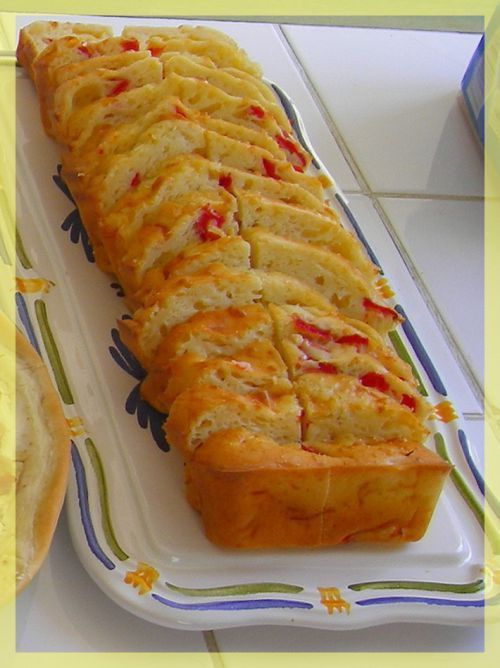 """Cake salé sans huile ni beurre (façon gâteau au yaourt), à tester pour les pique-nique de cet été ! Ingrédients de la """"base"""" pour le cake : - 1 yaourt (fromage blanc 0% possible) => gardez le pot, il sert de mesure - 3 pots de farine - 3 oeufs - 1 sachet de levure - 1 pot et demi de lait - fromage râpe (à volonté) => Il donne du moelleux. - sel et poivre - On peut ensuite ajouter tous les ingrédients que l'on souhaite à la base. Exemples: courgettes, tomates, poivron, chèvre, feta…"""