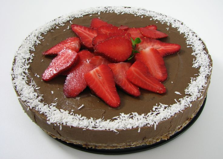 Tort de ciocolată şi căpşuni.   Reţeta o puteţi găsi aici în format text dar şi video: http://www.babyboom.ro/tort-de-ciocolata-si-capsuni-partea-1-blat-de-tort-raw-vegan/ şi http://www.babyboom.ro/tort-de-ciocolata-si-capsuni-partea-2-crema-de-tort-raw-vegan/