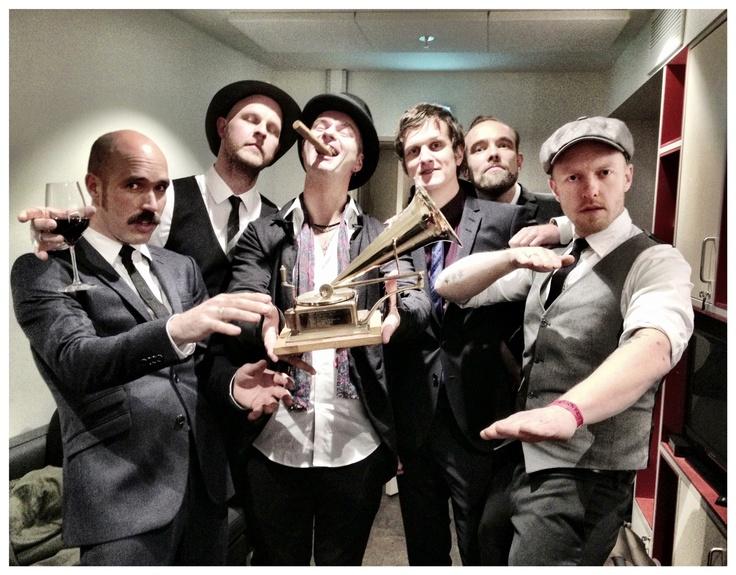 Vi gratulerer Kaizers Orchestra med fine og etterlengtede prisen til Årets Spelleman! Aldeles straks så klekker vi Påske egget som vi ruvet på veldig lenge nå :-)