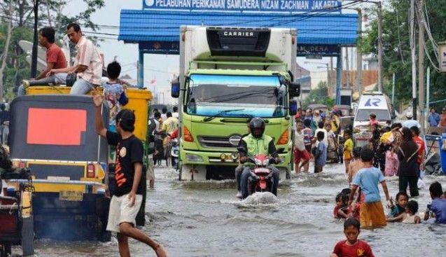 Diprediksikan hujan dengan tingkat intensitas tinggi akan kembali mengguyur wilayah Jakarta pada Kamis (12/2/2015) malam besok. Tidak hanya dengan Intensitas tinggi, bahkan cakupan wilayah yang akan diguyur hujan akan lebih luas. Kukuh Rubidianto, Kepala Bidang Cuaca Ekstrim Badan Meteorologi Klimatologi dan Geofisika (BMKG) mengatakan, hujan dengan intensitas tinggi yang terjadi pada Minggu malam kemarin hanya meliputi wilayah Utara Jakarta, maka pada hujan yang diprediksikan akan turun ...