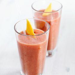Recept voor smoothie met tomaat, aardbei en mango. Lees meer op ZTRDG.nl.