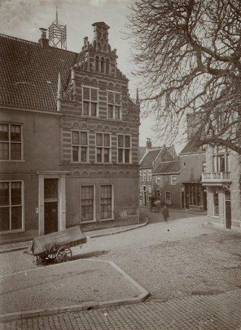 De Grote Houtstraat bij de hoek Doelstraat, Gierstraat. Met een gedeelte van de gevel van het Proveniershuis, 1906