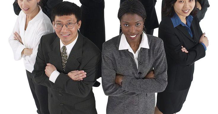 Cómo presentarte antes tus compañeros de trabajo. Incluso si ya has pasado por esa experiencia con anterioridad, comenzar un nuevo trabajo está lleno de incertidumbre y siempre te hace estar más nervioso de lo habitual. Al iniciar un nuevo trabajo, hay una buena probabilidad de que no conozcas ni siquiera a uno de tus compañeros nuevos de trabajo, por lo que es necesario presentarte. Si bien ...