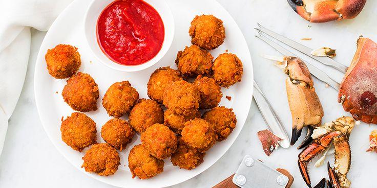 Recept på krabbollar med cocktailsås. Använd helst färsk krabba till bollarna, resultatet blir inte alls detsamma med konserverat krabbkött. Cocktailsåsen, som brukar göras på ketchup eller chilisås, är ett vanligt tillbehör till skaldjur i USA.
