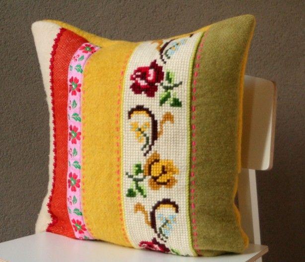 kussen gemaakt van wollen deken, lint en 'oud' borduurwerk