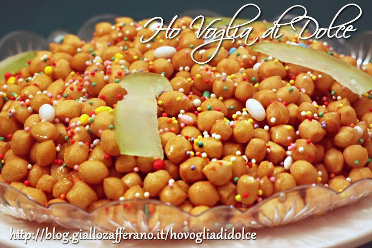 Gli struffoli napoletani tipici dolcetti che si preparano spesso durante le festività natalizie ed il Carnevale. Ricoperti di miele e confettini, facili