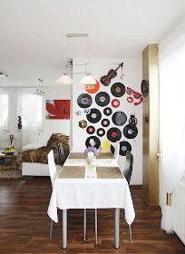 Vinylové desky - elpíčka na stěnách jako dekorace i připomínka hostitelova kusu života.