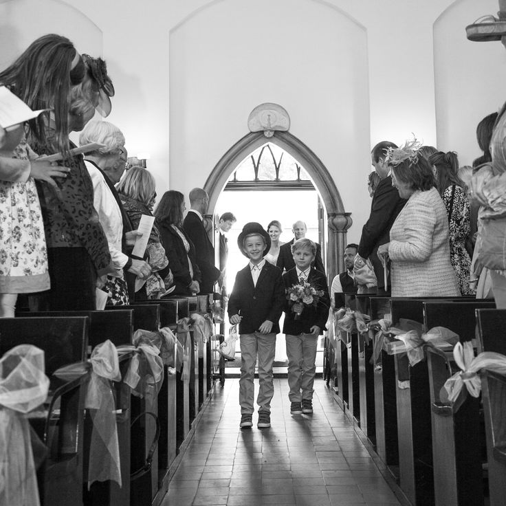 bruidsjonkers in de kerk trouwfoto's bruidspaar bruid bruidegom bruidsfotografie bruidsfotograaf dorienfotografie