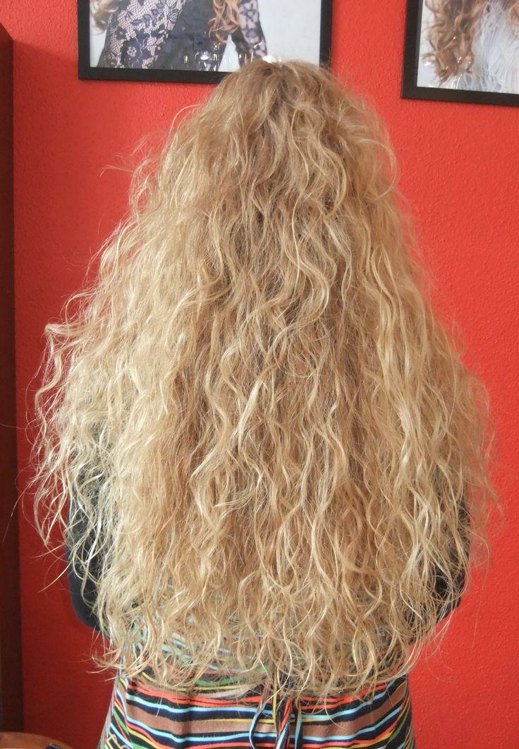 Krullen geknipt in super lang haar.  Geknipt bij krullenkapper Haarstudio DUET & friends te Enschede