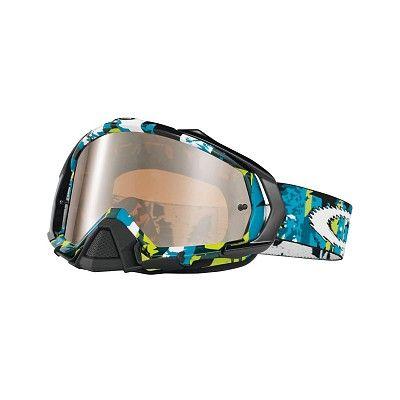 MX Oakley Mayhem Rocked Out Blue Green è l'ultima proposta di Oakley pensata per l'Offroad. Mayhem ha una linea più aggressiva ed una superficie della lente  maggiorata per consentire la massima protezione e visibilità.