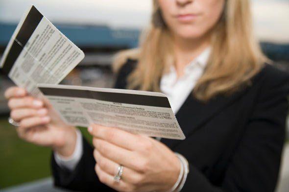 """Aerolíneas ofertan pasajes en dólares y solo venden en bolívares """"lo indispensable"""""""