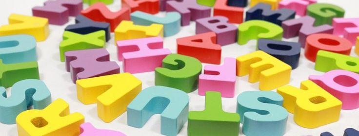 Een belangrijke voorwaarde voor het leren lezen is het kunnen rijmen. Het is dus belangrijk dat hier in de kleutergroep al mee geoefend wordt. Kinderen leren spelen met klanken, ervaren dat woorden op elkaar kunnen lijken, leren voorspellingen te doen in een gedicht of liedje en beleven er plezier aan. Tijdens het rijmen spelen we met klankpatronen in woorden. We maken hierbij een onderscheid tussen eind- en beginrijm. Tijdens fase 1 leren de kinderen dat het laatste stukje van een woord kan…