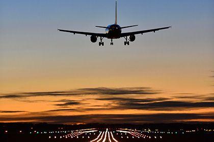 Австралийская полиция арестовала дурачившего пилотов и диспетчеров аутиста http://mnogomerie.ru/2016/11/24/avstraliiskaia-policiia-arestovala-dyrachivshego-pilotov-i-dispetcherov-aytista/  Юный австралиец, страдающий аутизмом и депрессией, почти два месяца вводил в заблуждение диспетчеров и пилотов в двух аэропортах Мельбурна. Об этом сообщает издание The Sydney Morning Herald. Местный житель Пол Сэнт (Paul Sant) научился выходить в радиоэфир на закрытой частоте и выдавать себя за пилотов и…