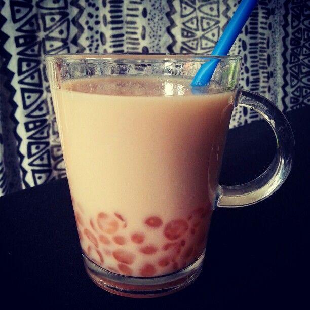 Boba thee van tapioca in aardbeiensap, groene thee met jasmijn en sojamelk