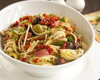 Salade de spaghettis au jambon fumé, fonds d'artichauts, tomates séchées et olives