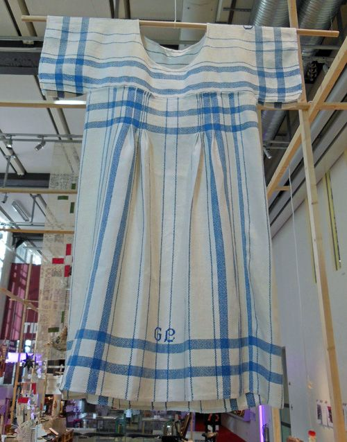 Make a dress out of old teatowels (swedish)