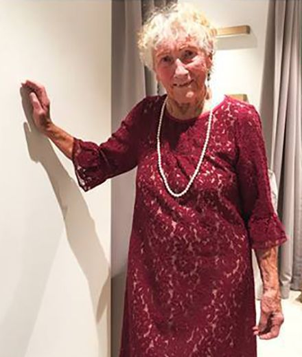 Welches Hochzeitskleid? 93-jährige Sylvia fragt das Netz um Rat