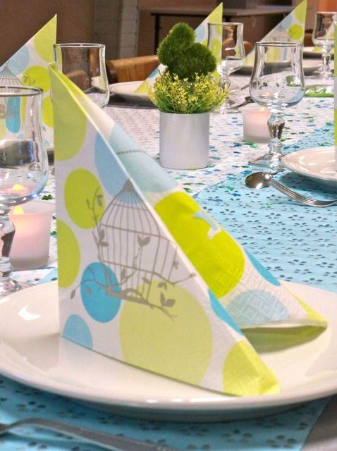 Pour une table de communion, choisissez des couleurs tendres, comme le vert anis, le bleu pastel. Sur la photo, chemin de table dentelle, serviette en papier et paillettes Mesa Bella www.mesabella.fr #table #décoration #idees