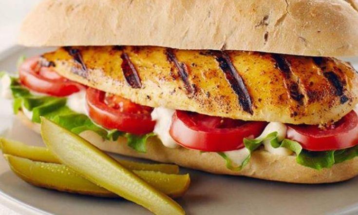 Ce sandwich de poulet a des caractéristiques fumée et citronnée. S'il vous reste du poulet après avoir servi ce repas, ajoutez -e à une salade ou à des fajitas.